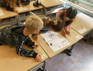 Kinderen werken aan les van Toekomstkunde Junior over bomen